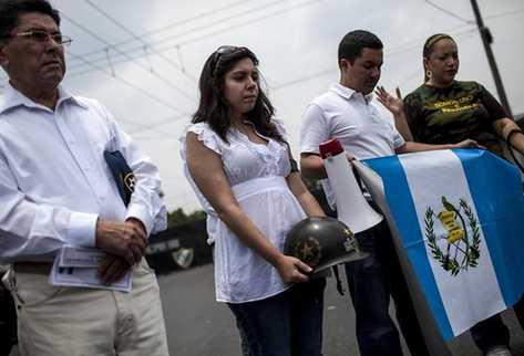 Con banderas y mantas familiares de militares se manifestaron a favor del militar Efraín Ríos Montt.  (Foto Prensa Libre: EFE)