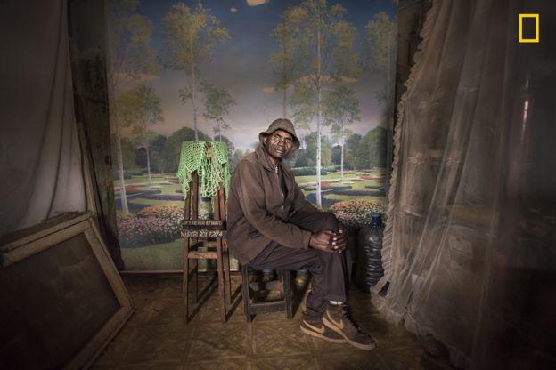 Mia Collis tomó esta foto de David Muyochokera, que trabajó durante 37 años en el Weekend Studio, en Nairobi. MIA COLLIS/2018 NATIONAL GEOGRAPHIC PHOTO CONTEST