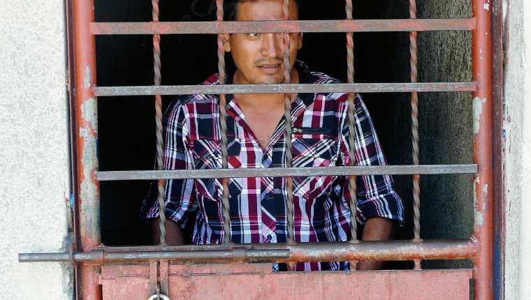 José Arnoldo Martínez fue capturado en Puerto Barrios, Izabal, señalado de haberle dado muerte a su esposa. (Foto Prensa Libre: Edwin Perdomo)