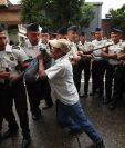 Para salir del Congreso los diputados llamaron a la Policía que bloqueó la manifestación de un grupo de guatemaltecos. (Foto Prensa Libre: Paulo Raquec)