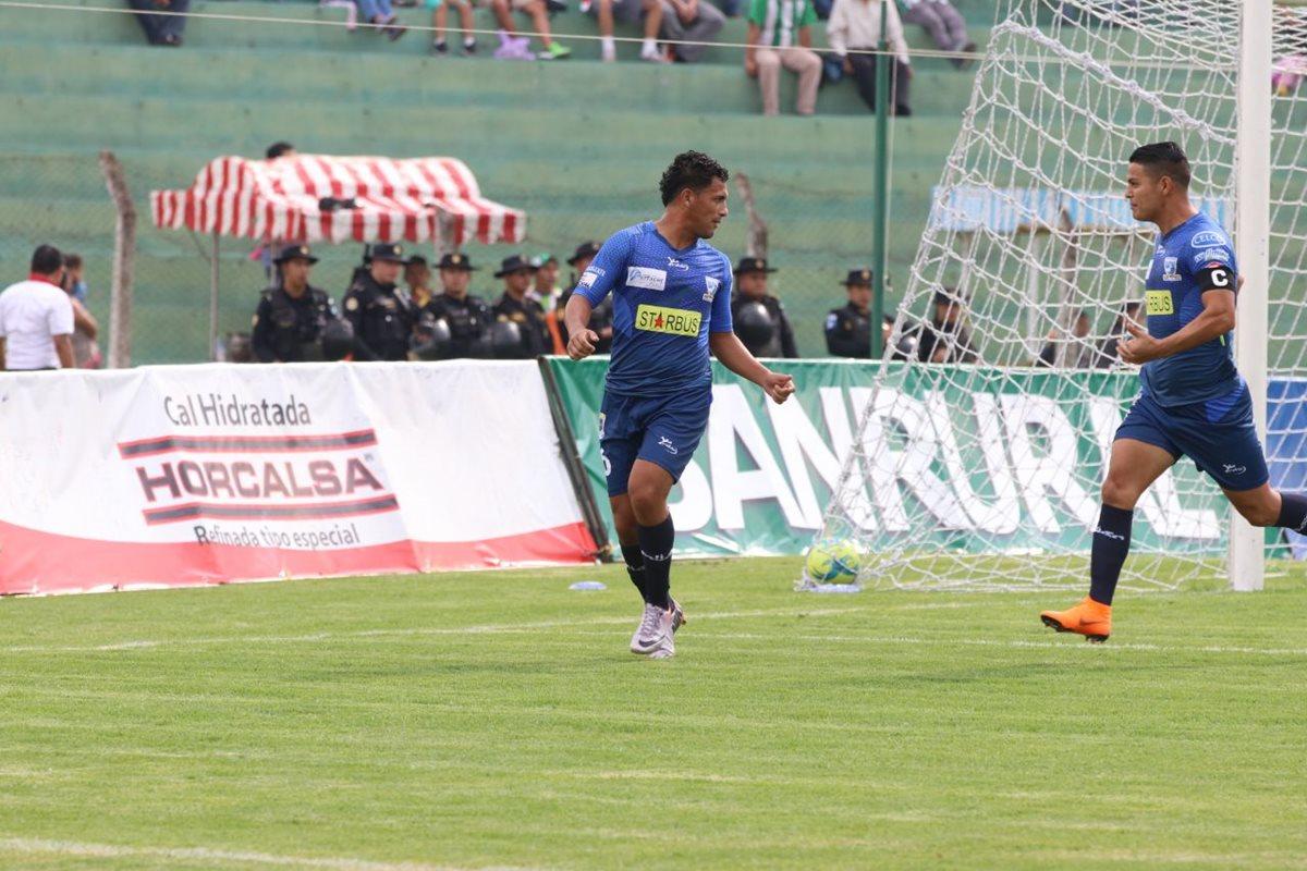 Esquivel celebra el 1-0 de Suchi junto al salvadoreño Kevin Santamaría.