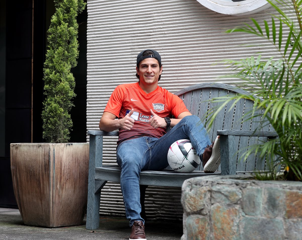 El volante guatemalteco Pablo Andrés Aguilar se encuentra en el país, para volver a convivir con su familia y con sus amigos, a espera de tener una oportunidad en la Selección Nacional (Foto Prensa Libre: Edwin Fajardo)