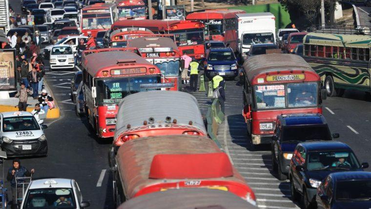 El tráfico continúa complicado en la calzada Roosevelt, a inmediaciones del mercado del Guardia rumbo al Trébol. (Foto Prensa Libre: Carlos Hernández)