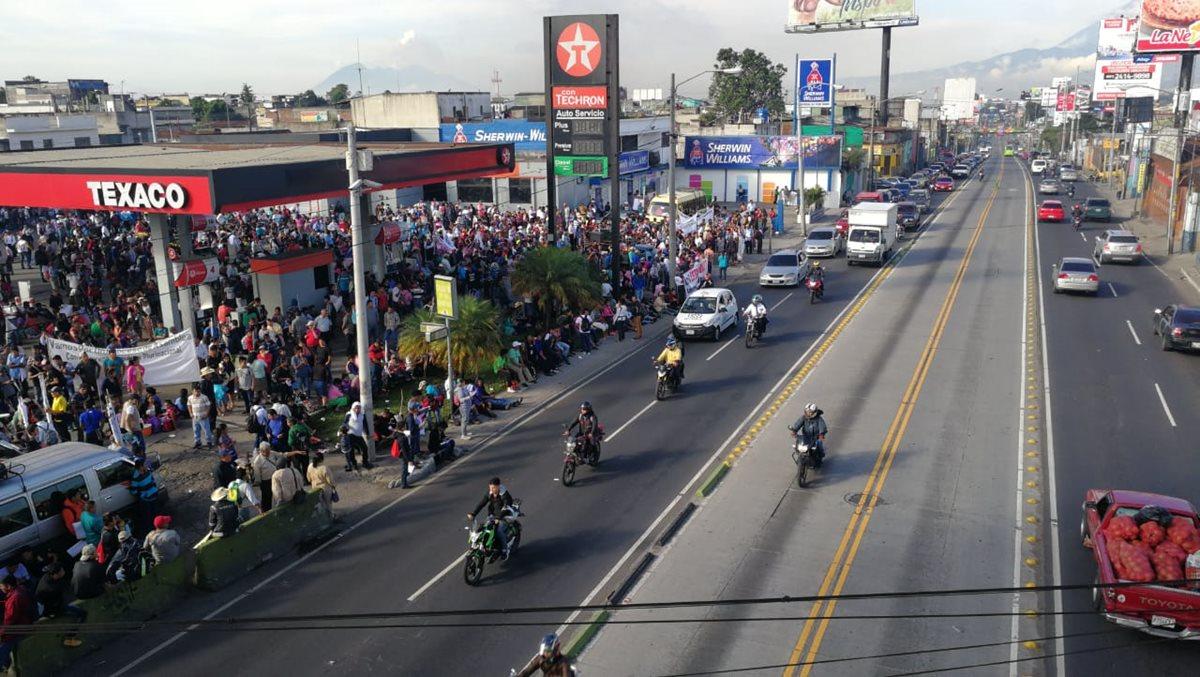 Manifestantes se dirigen hacia el Centro Histórico desde El Trébol.