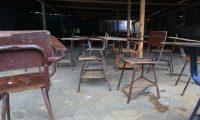 Escritorios viejos e incompletos son parte del mobiliario.