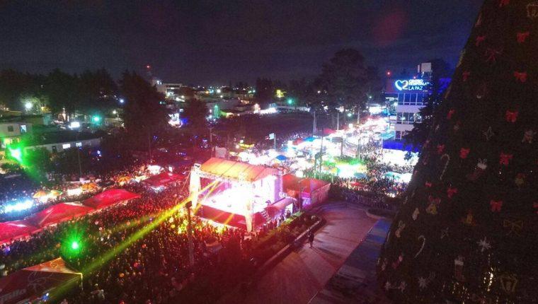 El encendido del Árbol Gallo será uno de los principales atractivos este sábado en Xela, evento en el que se espera a miles de personas. (Foto Prensa Libre: Raúl Juárez)