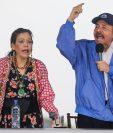 Daniel Ortega (d), acompañado por su esposa, la vicepresidenta Rosario Murillo, se dirige a los simpatizantes en Managua el 7 de julio de 2018. (Foto Prensa Libre:AFP)