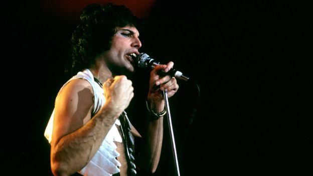 El estilo de vida de Freddie Mercury no comulga con las creencias de la fuerte sociedad del islamismo conservador de Zanzíbar, pero el cantante es su ciudadano más internacional. (RICHARD E. AARON/REDFERNS (GETTY)