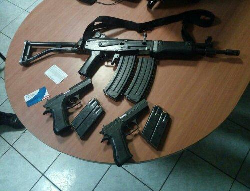 Armas decomisadas a los militares cuando viajaban en un vehículo oficial. (Foto Prensa Libre: Ejército)
