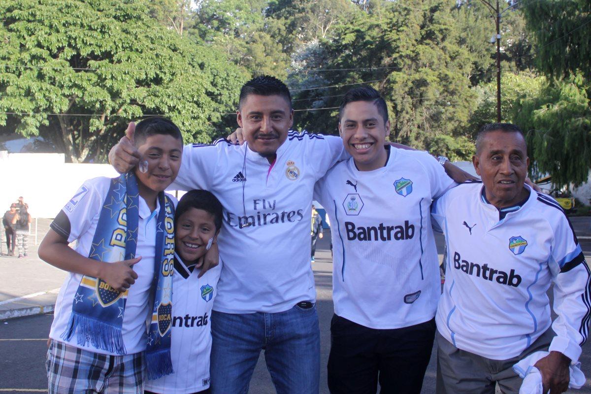 La afición crema fue parte de la fiesta del Clásico 299, que se realizó en el estadio Doroteo Guamuch Flores. (Foto Prensa Libre: Jesús Cuque).