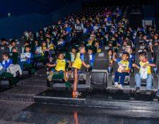 Los niños y jóvenes de la Fundación Olímpica Guatemalteca disfrutaron de una ida al cine. (Foto Prensa Libre: Cortesía FUNOG)