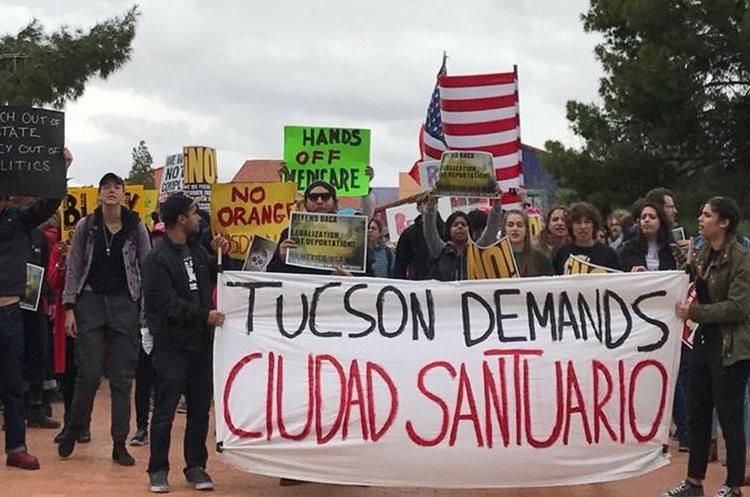 """Un grupo de manifestantes en Tucson apoyan las grandes """"ciudades santuarios"""" en EE. UU.(Foto Prensa Libre:HemerotecaPL)"""