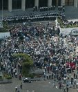 Manifestantes ocuparon la plaza de los Derechos Humanos frente a la Corte Suprema de Justicia exigiendo la inscripción de la candidatura de Ríos Montt durante la jornada del Jueves Negro. (Foto: Hemeroteca PL)
