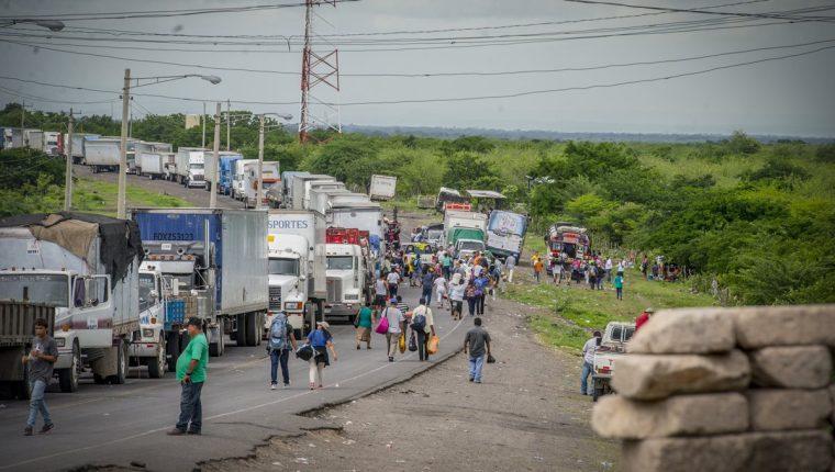 Fila de camiones en espera a su paso por el municipio las Maderas que se mantienen los tranques como medida de presión contra el régimen de Daniel Ortega. (Foto Prensa Libre: La Prensa Nicaragua)