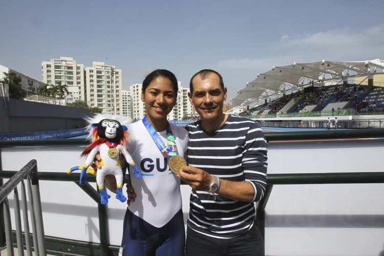 Dalia Soberanis posa junto a su entrenador Orlando Valencia. (Foto Prensa Libre: Cortesía ACD)