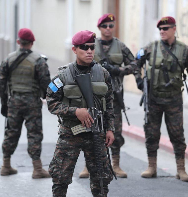 Soldados han sido destacados a las afueras del Legislativo. (Foto Prensa Libre: Érick Ávila)