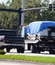 El FBI traslada para investigación un vehículo relacionado con las presuntas bombas enviadas a figuras políticas de Estados Unidos. (Foto Prensa Libre: AFP)