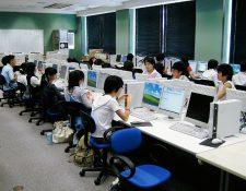 Los japoneses suelen trabajar hasta altas horas de la noche. (Foto Prensa Libre: Internet).