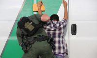 Migrantes centroamericanos y mexicanos detenidos en la frontera sur de EE. UU.