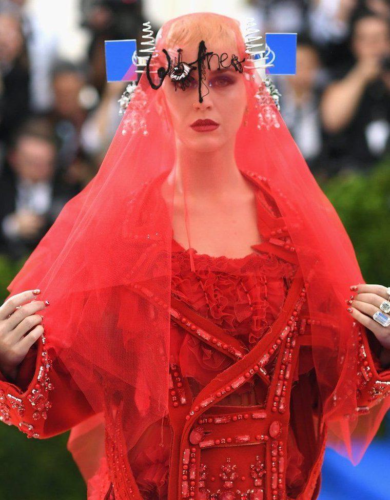 El atuendo de Katy Perry captó todas las miradas durante la gala del año del Instituto del Vestuario del Museo Metropolitano de Nueva York (el Met), en Estados Unidos, celebrado el 1 de mayo para inaugurar la exposición dedicada a la diseñadora Rei Kawakubo. La cantante californiana llevó un vestido diseñado por John Galliano para la casa Maison Margiela. DIMITRIOS KAMBOURIS / GETTY IMAGES