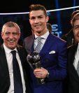 Fernando Santos junto a Cristiano en la gala de los premios de la Fifa. (Foto Prensa Libre: AFP)