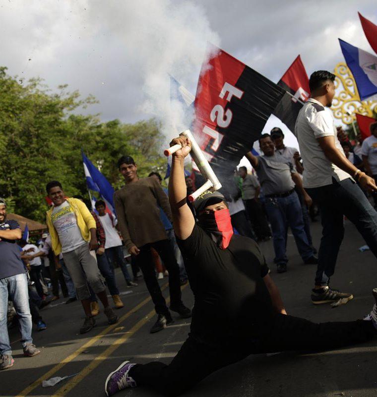 Un nicaragüense usa un lanzamorteros mientras  simpatizantes de Ortega, y del sandinismo recorre la calles principales de Managua, Nicaragua. (EFE)