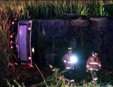 Accidente de bus en Omán deja 18 muertos. (Foto Prensa Libre: AFP).