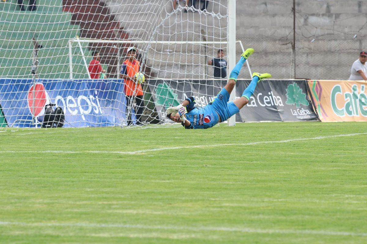 El portero Luis Pedro Molina no llega a la pelota en el primer tanto de Suchitepéquez.
