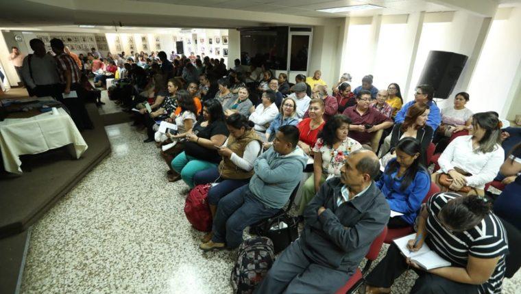 Los profesionales de la salud se encuentran reunidos en asamblea en el Colegio de Médicos.