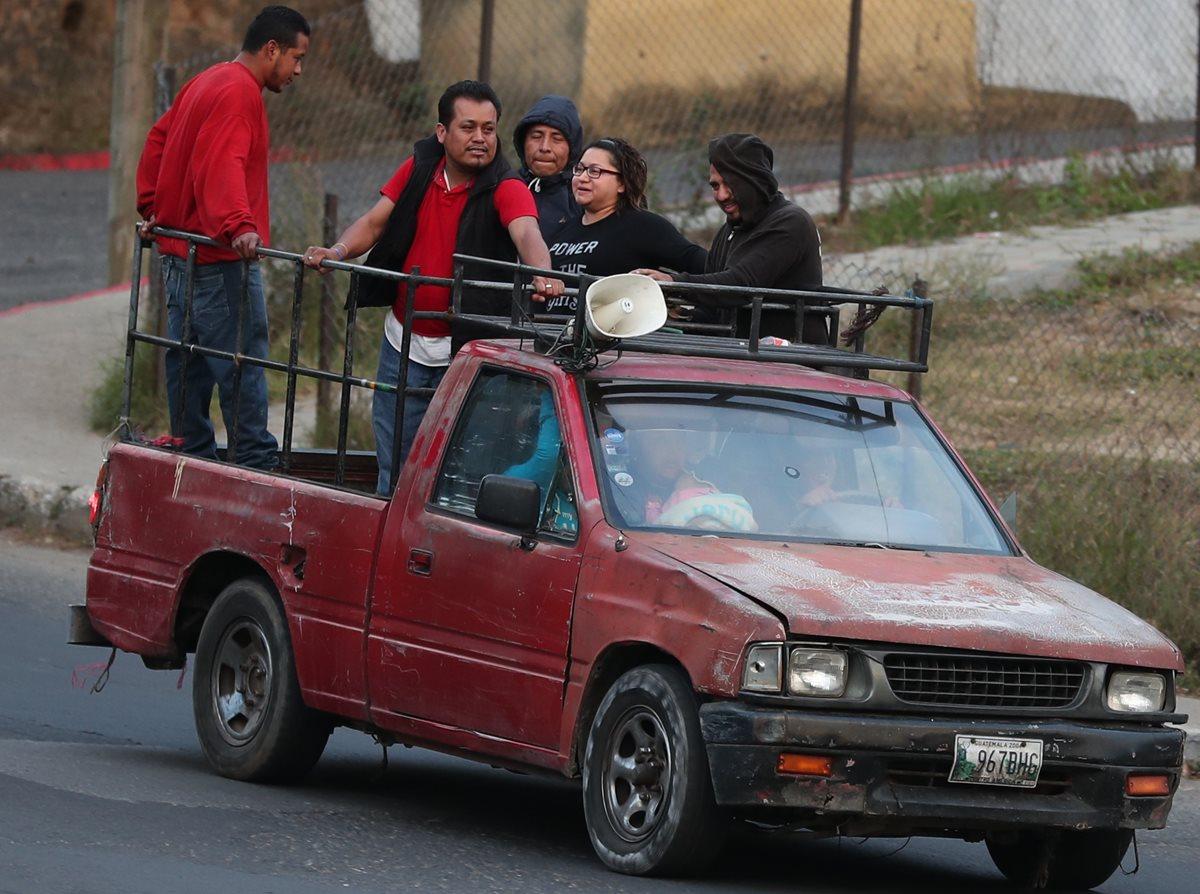 Vecinos de la colonia Tierra Nueva, zona 11 de Mixco, se movilizan en picop,  debido a la escasez de buses urbanos en el sector. (Foto Prensa Libre: Óscar Felipe Quisque)