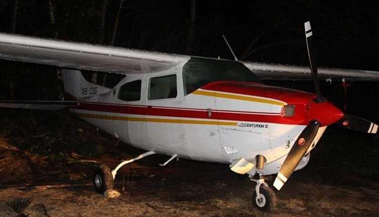 Avioneta localizada en Poptún, Petén, que habría sido utilizada para traslado de narcóticos. (Foto Prensa Libre: PNC)