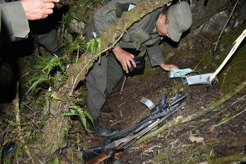 Soldados junto a algunas de las armas que localizaron en Río Hondo, Zacapa. (Foto Prensa Libre).