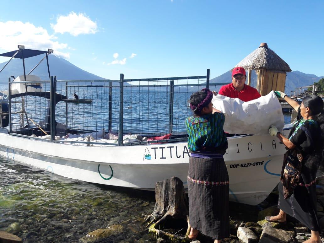 Las mujeres han aprendido a reciclar e impulsar el cuidado del ambiente en sus comunidades para proteger el Lago de Atitlán. (Foto Prensa Libre: Cortesía Atitlán Recicla).