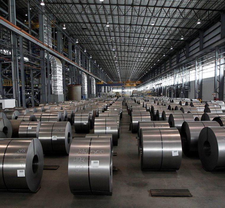 Una bodega con bobinas de acero galvanizado en una empresa productora de Michigan EE. UU. (Foto Prensa Libre: EFE)