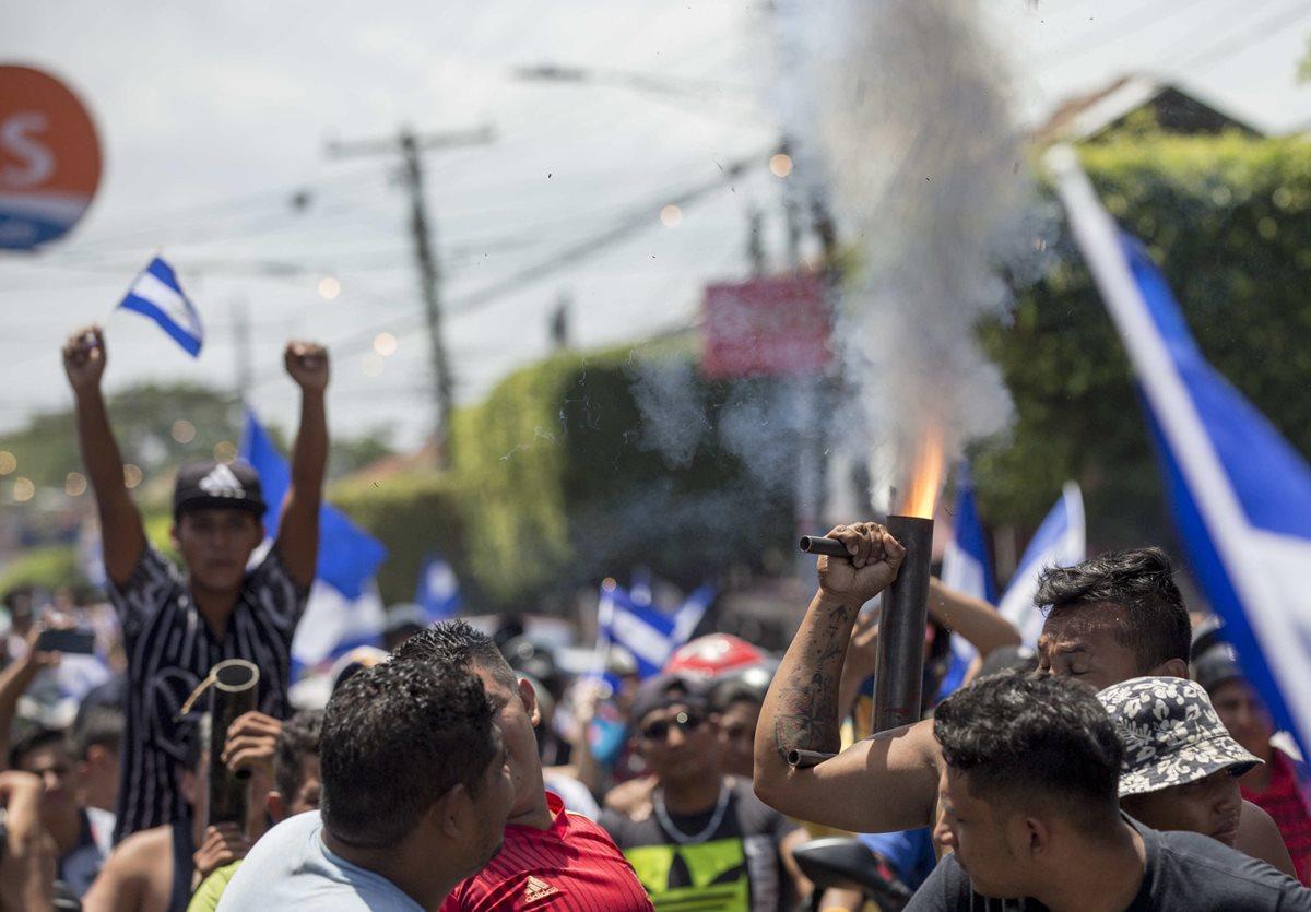 Jóvenes protestas con bombas artesanales en Masaya, Nicaragua. (Foto Prensa Libre: EFE)
