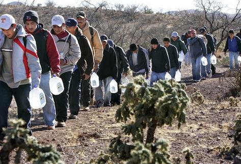 Migrantes centroamericanos caminan por el desierto rumbo a Estados Unidos. (Foto Prensa Libre: Archivo)