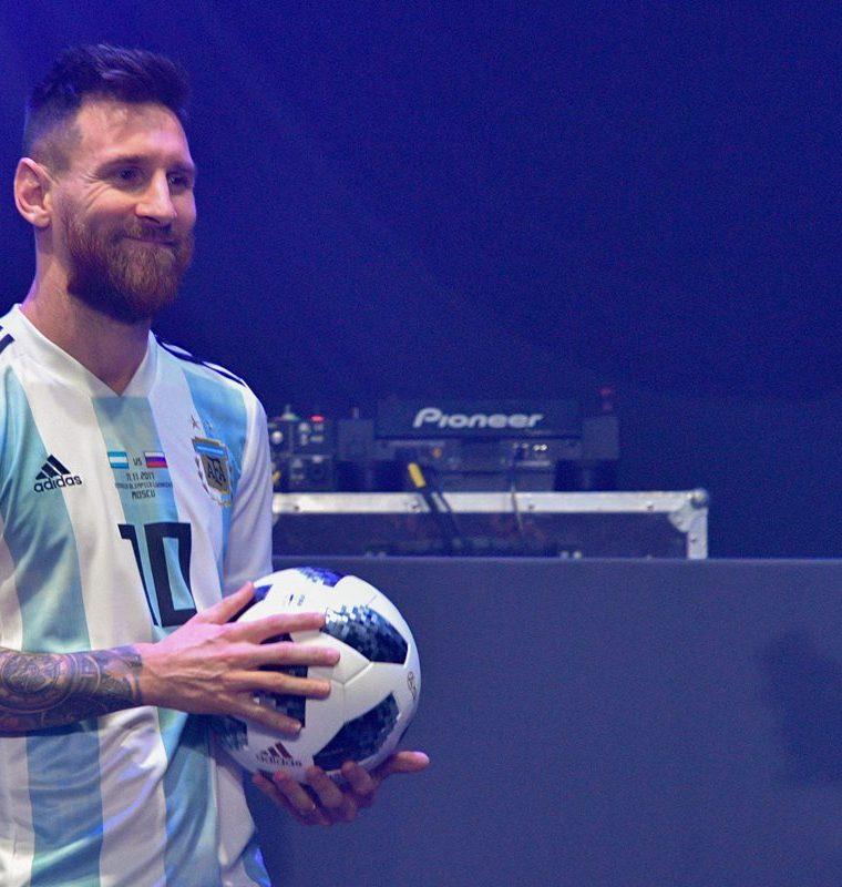 Lionel Messi participó de la presentación del nuevo balón para Rusia 2018. (Foto Prensa Libre: AFP)