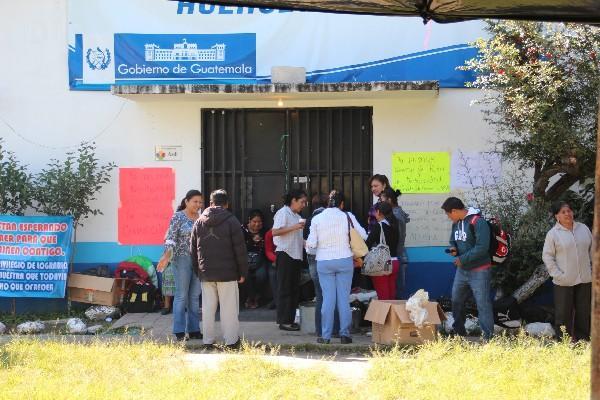 Trabajadores sindicalizados mantienen ocupado el edificio del Área de Salud de Huehuetenango.