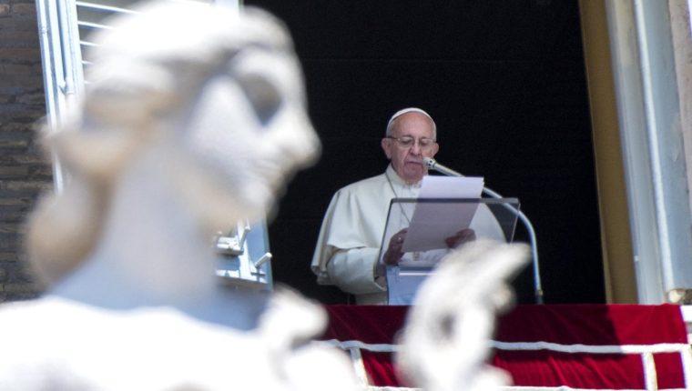 El papa Francisco durante su oración, en la Plaza San Pedro del Vaticano. (Foto Prensa Libre: AP).