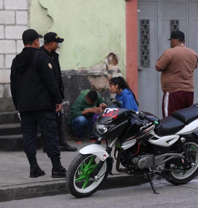 Familiares llegaron a la escena del crimen. (Foto Prensa Libre: Óscar Rivas)