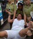 Una integrantes de las Damas de Blanco es detenida por la Policía. (Foto Prensa Libre: AFP)