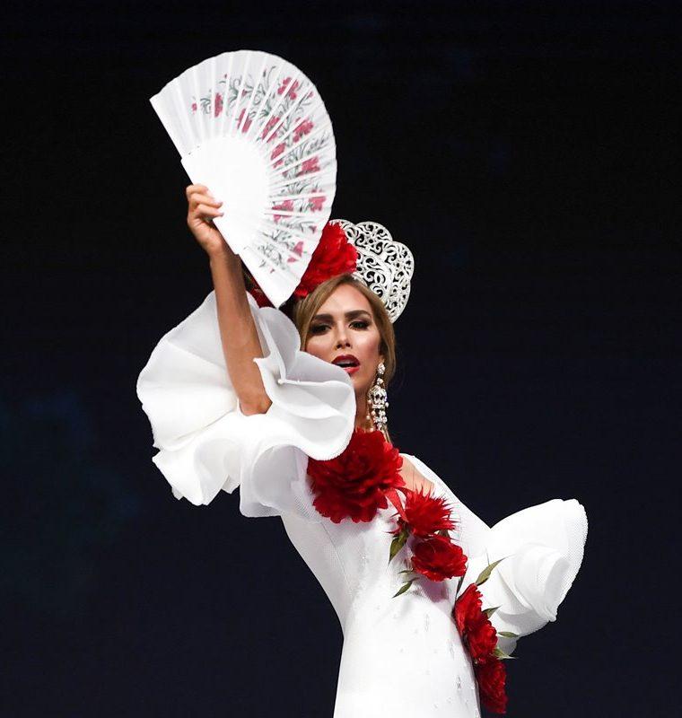 Angela Ponce, Miss España, durante la presentación de traje regional.