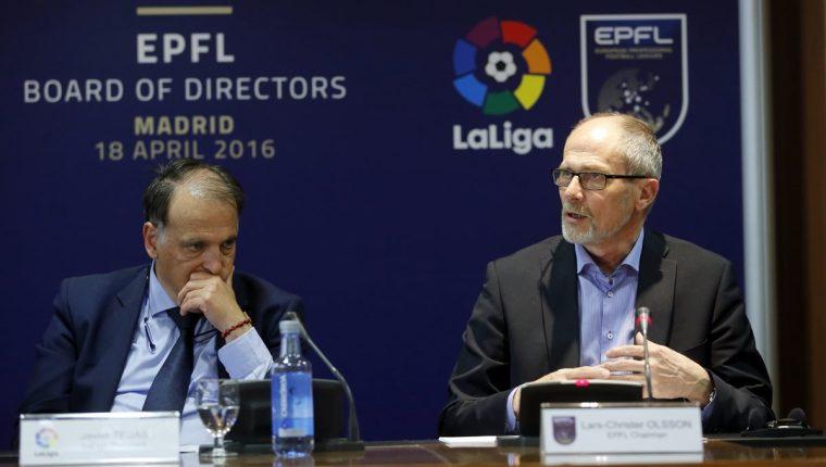 El presidente de LaLiga, Javier Tebas junto al nuevo presidente de la EPFL (Asociación Europea de Ligas Profesionales), Lars-Christer Olsson, en la rueda de prensa de hoy. (Foto Prensa Libre:EFE)