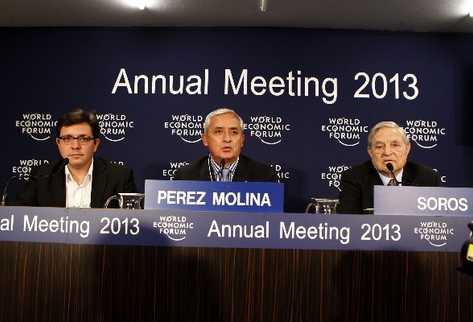 El presidente Otto Pérez Molina expone, en conferencia de prensa, que regular las drogas podría reducir la violencia. A la derecha, George Soros, filántropo y quien respalda ese plan.