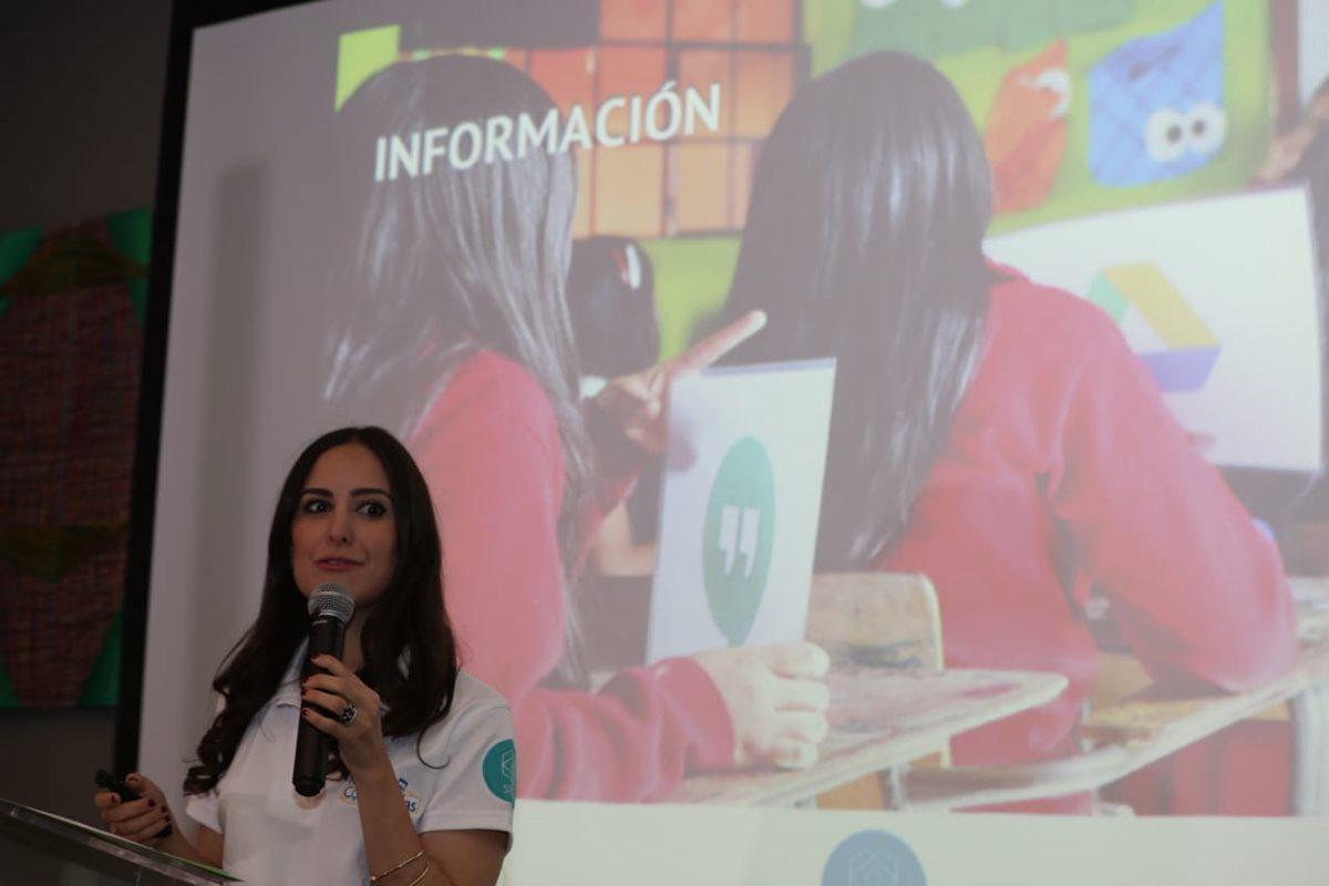 Marisabel Ruiz, directora de Sheva, indicó que la telefonía móvil es un herramienta útil en las manos de las mujeres. (Foto Prensa Libre: Óscar Rivas)