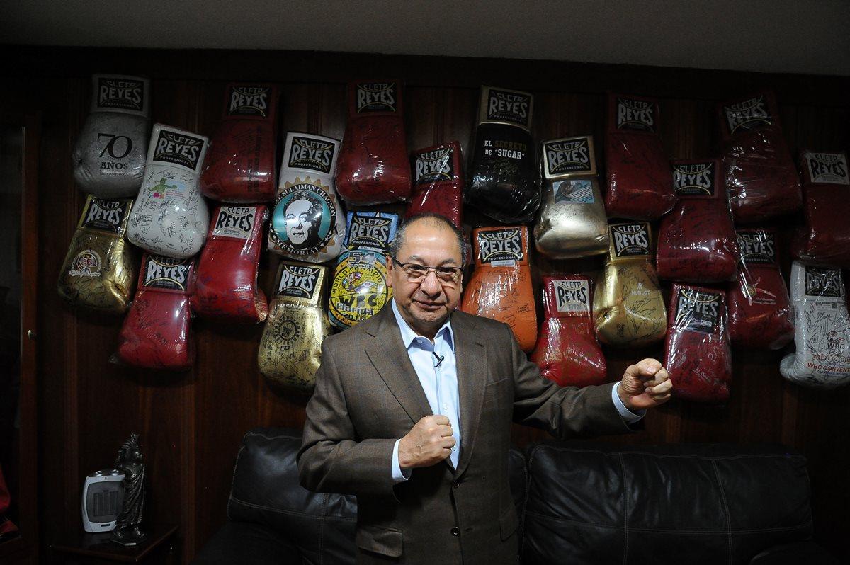 """Alberto Reyes es el heredero de la icónica fábrica de guante de box """"Cleto Reyes"""". (Foto Prensa Libre: AFP)"""