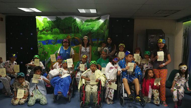 Este lunes en el Hospital Roosevelt, los niños que participaron en la Escuela de Párvulos cerraron el ciclo escolar. Ellos recibieron su diploma. (Foto Prensa Libre: Ana Lucía)