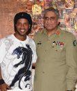 """""""Dinho"""" posa con el Jefe General del Ejército pakistaní, Qamar Javed Bajwa. (Foto Prensa Libre: AFP)"""
