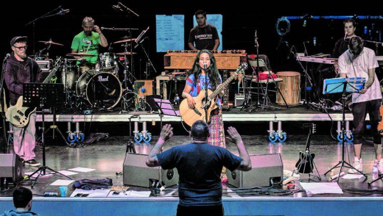 La cantante local Sara Curruchich y sus músicos, durante un ensayo en Francia. (Foto Prensa Libre: Xun Ciin)