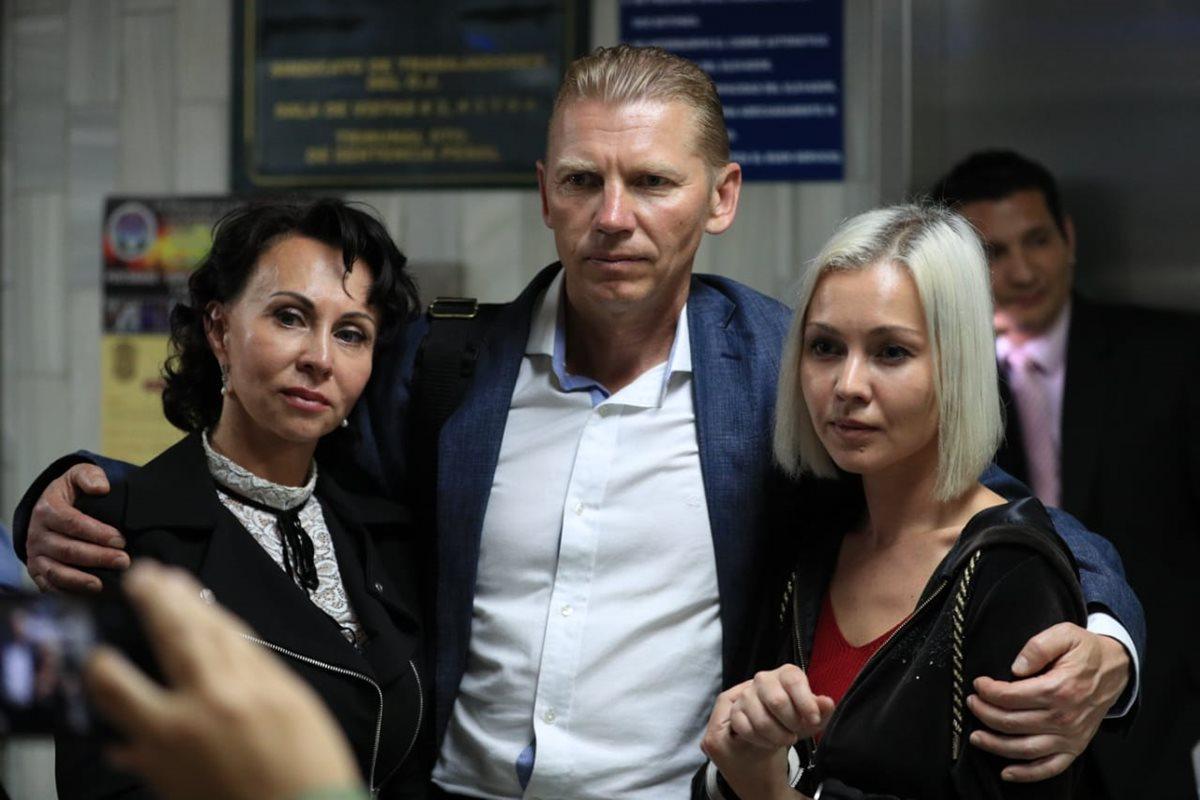 Familia Bitkov podrá quedar libre bajo fianza de Q200 mil